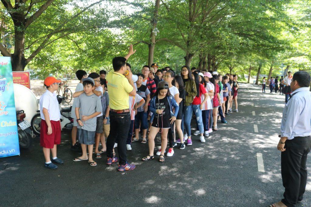 Háo hức cho chuyến đi, các em học sinh đã tập trung ở trường từ rất sớm. 1