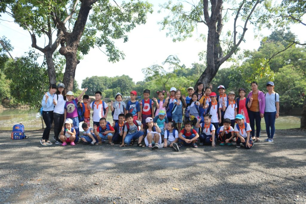 Háo hức cho chuyến đi, các em học sinh đã tập trung ở trường từ rất sớm. 10