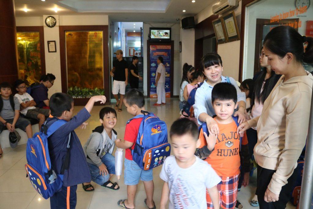 Háo hức cho chuyến đi, các em học sinh đã tập trung ở trường từ rất sớm.