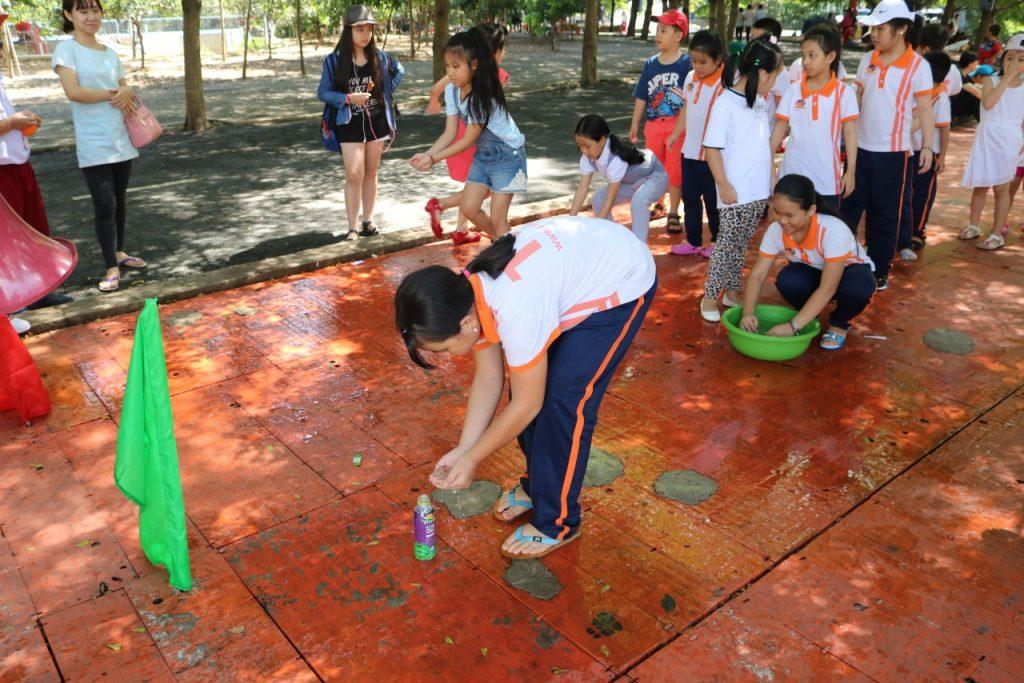 Háo hức cho chuyến đi, các em học sinh đã tập trung ở trường từ rất sớm. 4
