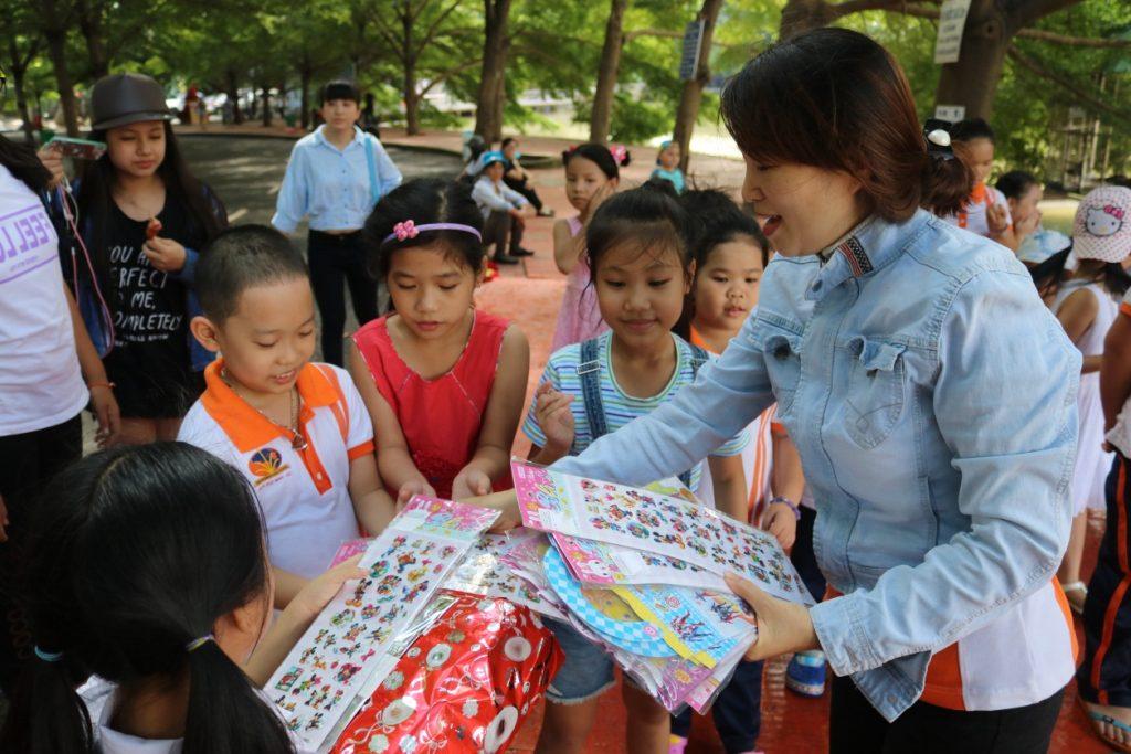 Háo hức cho chuyến đi, các em học sinh đã tập trung ở trường từ rất sớm. 6