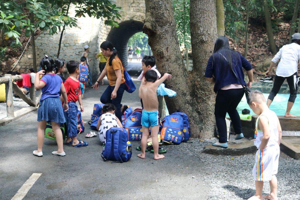 Háo hức cho chuyến đi, các em học sinh đã tập trung ở trường từ rất sớm. 8