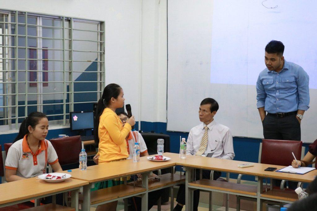 hoc-sinh-tis-soi-noi-dong-gop-y-kien-cung-ban-lanh-dao-nha-truong-3