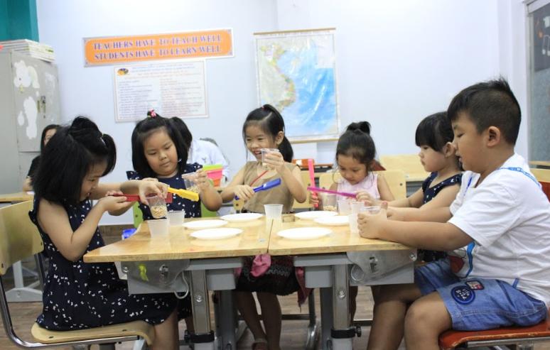 Học sinh TIS được làm thí nghiệm nhỏ về sự phát triển của các loại đậu